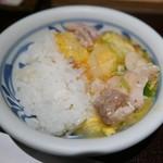 八代目儀兵衛 - 京地鶏のあんかけ親子丼 小皿に。