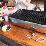 53150164 - バーベキューは、ガスコンロの鉄板で焼くスタイル。