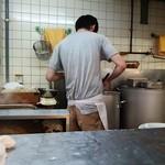 ラーメン二郎 - 厨房