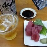 53157044 - 「大瓶ビール」(399円)「天然生まぐろ造り」(299円)(2016年7月)