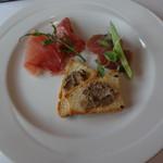 OPIUM - お任せランチコースの本日の前菜盛り合わせ クロスティーニ・マグロの軽い燻製・生ハムサラミ
