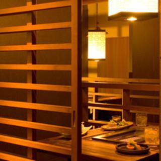 京都の川床を思わせる店内<4名様までの個室席は全8室>