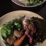 赤坂バル alma alma - ランチ 800円 ローストビーフと野菜のバルサミコ酢和え 味はしっかりしてて美味しいがボリュームはイマイチ コーヒーかデザート無いとリピートは難しい