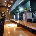 おかめ食堂 - 広くてきれいなカウンター!
