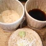 板蕎麦 香り家 - もり汁(右)と胡麻だれ(左)