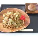 ヤキソバショップ 18番 - 富士宮やきそは・特製ソース味+知多豚とんむす・プレーン