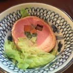 弥太郎 - お通し 野菜の肉巻きですがハムのようで美味しい