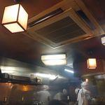 炭焼豚丼 豚野郎 - 店内には炭火に焼かれた豚肉やタレの香りが充満し、食欲をくすぐります。
