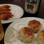 廣東飯店 - 手前:XO醤入り海鮮焼き饅頭(3個\600税別) 奥:ロブスター入り揚げ餃子(4個¥600税別)