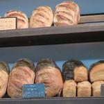 ブーランジェリー ドリアン - もう少しマイルドなタイプのパンもあります。ナッツやフルーツ入り、ライ麦を使ってないブロン、スパイス入りのパン・デピスなど。