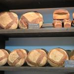 ブーランジェリー ドリアン - カンパーニュがメインなので地味ですが、ヨーロッパの昔のパン屋さんみたいです。
