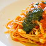 たつみキッチン - トマトとモッツアレラチーズ バジリコペースト添え
