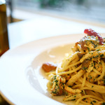 たつみキッチン - スモークチキンと色々キノコのペペロンチーノ
