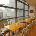 キハチカフェ - 福岡市の繁華街・天神の百貨店『福岡三越』内にあります。 天神の街並みや西鉄電車が見える窓際の席。