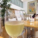 キハチカフェ - 白ワインで乾杯! ソフトドリンクの他に、サングリア・生ビール・ワインなどがあり、昼飲みも可能です。