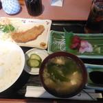活魚 じゃがいも - アジフライと刺身の定食 ¥890-