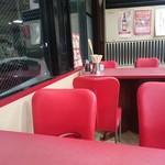味仙 - 赤が基調なテーブル席