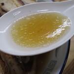 支那そば たまや錦 - スープと油の感じ。