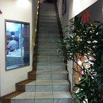 551蓬莱 - レストラン入口です。エレベーターもございます。(従業員用)