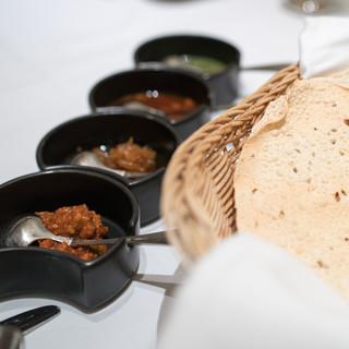 シターラ - 料理写真:2016.7 3種類のチャトゥニ、ホットマンゴーアチャール、パパド