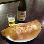 中国料理 金春新館 - 中瓶ビール500円と羽根付きの焼き餃子320円