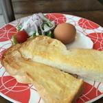 コモド カフェ&ダイニング - バタートーストと、サラダ、オクノの赤玉ゆで卵です