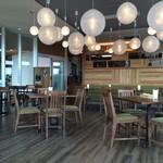 コモド カフェ&ダイニング - 明るく、広い店内は、テーブル配置もゆとりがあります