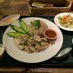53559177 - 「カオマンガイ」セット。                       ジャスミン米はモチモチ、美味です。