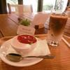 絵本カフェ - 料理写真:いちごのババロアとカフェラテ
