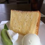 テガミ カフェ - 料理写真:レモンのシフォン400円(ドリンクとセットで750円)