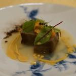 トゥ・ラ・ジョア - 伊万里牛の冬瓜風味、ウニのソース。 200℃のオーブンに2分入れ、30分休ませてそれを6回繰り返して火入れをしたもの。真ん中だけ食べる贅沢な一品
