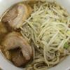 ラーメン二郎 - 料理写真:ラーメン 700円 麺半分・ヤサイもニンニク少なめで