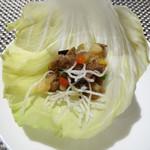 中国料理 「王朝」 - 国産牛フィレ肉のXO醤炒め レタス包み