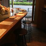 無添加焼きそば BARチェローナ - お店は常時オープン状態でカウンター席のみ