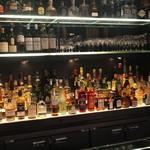 BVLGARI Il bar - 店内:カウンターからリキュール類を見る