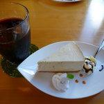 アールカフェ - ケーキセット 700円(ミルクティーのレアチーズケーキ)