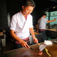 鉄板の上で繰り広げられるシェフの妙技と旬の味覚
