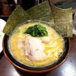蒲田いっ家 - 醤油豚骨ラーメン(並¥720)。横浜家系の豚骨醤油、味も脂も強めのコッテリ系です