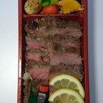 九十九島 海遊 - 中は薄くスライスされた肉がビッシリ敷き詰められていますね。 焼き具合がいい感じですよね。