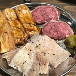 焼肉 虎にツノ - おまかせ3種盛り・豚タン,センマイ,サンドミノ