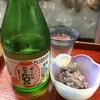 炉ばたたむら - 料理写真:炉ばた たむらオリジナルラベル日本酒「たむら 赤」(中身は能代市・喜久水のお酒)とこの日のお通し・ミズたたき