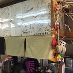 らーめん 弥七 - 店内のサインがすごい。天井までありました。