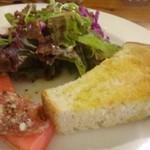 53886461 - ◆小さな前菜・サラダ・パンが一皿に盛られています。