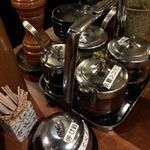 和の中 - テーブルには様々なオリジナル調味料がのってます。16.7月