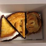ボン モマン - バナナレモンパイ、アップルパイ、チーズミートパイ(左から)