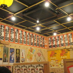 大阪屋台居酒屋 満マル - 店内は屋台風の活気ある店内で提供される商品は安価な値段設定になって提供されてます。