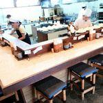 柳ばし - カウンター席にオープンキッキン ご主人の前にはてんこ盛りのキャベツが乗ったお皿たち 2016/07