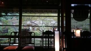 東京 芝 とうふ屋うかい - 待合席から外を