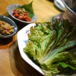 李朝園 - サンチュについてくる肉味噌がうまいです