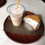 アベック・モン・クール - 料理写真:クレープのケーキとアイスのロイヤルミルクティー